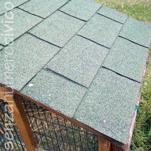 modifiche a un pollaio in legno: tegole canadesi sul tetto