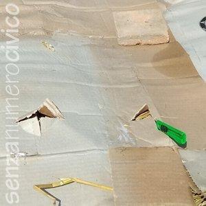 taglio a croce sui cartoni per la semina