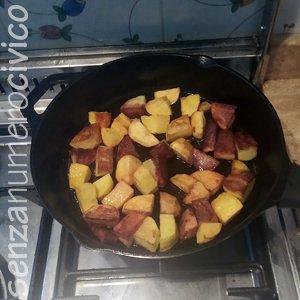 patate cotte nella padella in ghisa